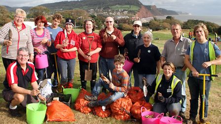 Daffodil bulb planting at Peak Hill. Picture by Alex Walton. Ref shs 6304-44-13AW. To order your cop