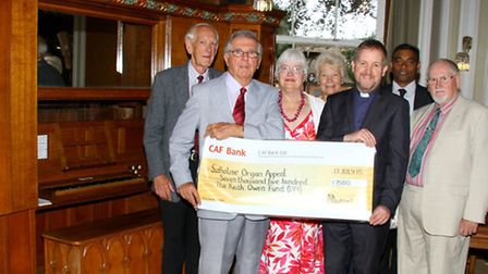 The Sid Vale Association hand over a donation for the Sidholme Organ Appeal. Ref shs 3141-29-15AW. P