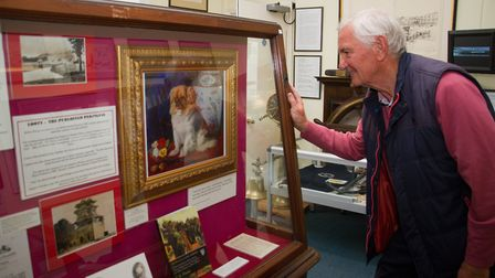 Mike Borst looking at Looty, Queen Victoria's Pekingese dog at Sidmouth Museum. shs 18 18TI Sidmouth