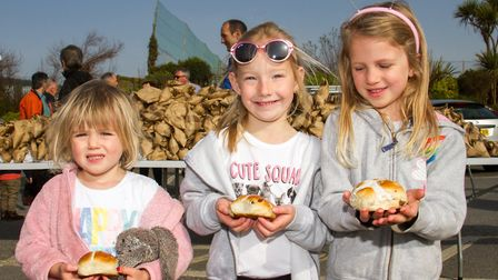 Sidmouth Hot Cross Bun give-a-way. Ref shs 17 19TI 2698. Picture: Terry Ife