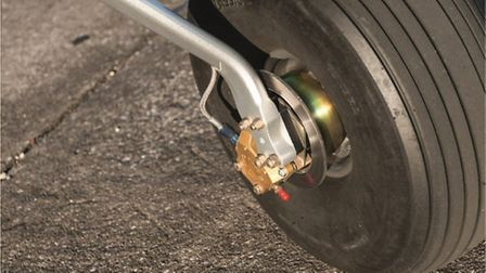 Minimal-looking brakes are all you need for powerful braking on such a lightweight aircraft