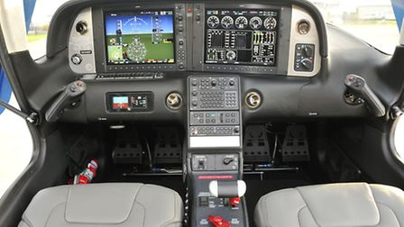 Main panel is dominated by the two G1000 screens of the Cirrus Perspective system