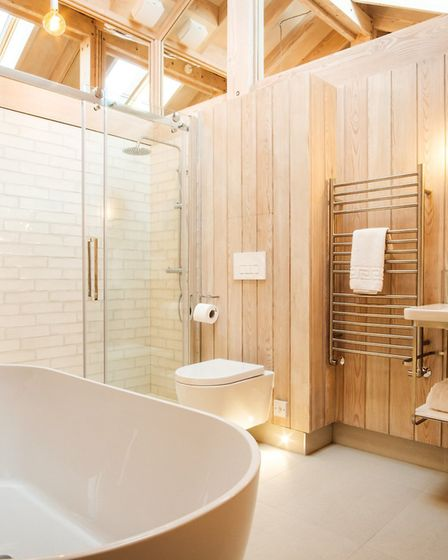 Wood you love to stay here ? The bathroom is a place for retreat