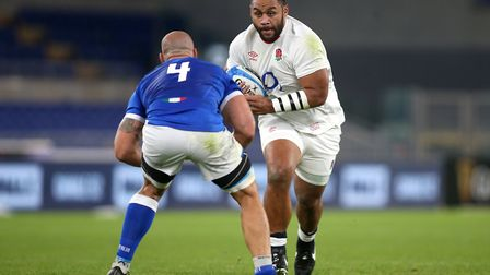 England's Billy Vunipola (right) runs at Italy's Marco Lazzaroni during the Guinness Six Nations mat