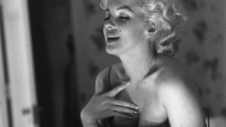 Marilyn Monroeappliesher make-up and Chanel No. 5 perfume in 1955