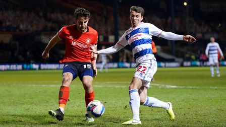 Luton Town's Tom Lockyer (left) and Queens Park Rangers' Tom Carroll battle for the ball during the