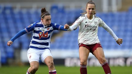 Reading's Lauren Bruton (left) and Arsenal's Lia Walti battle for the ball during the FA Women's Sup