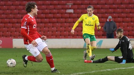 Despite being through on the keeper, Przemyslaw Placheta of Norwich elects to pass to Emiliano Buend