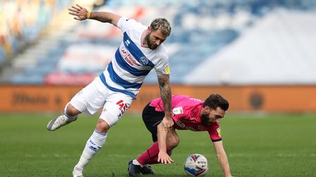 Queens Park Rangers' Charlie Austin (left) and Derby County's Graeme Shinnie battle for the ball dur