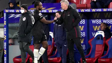 West Ham United manager David Moyes with Michail Antonio as he is substituted during the Premier Lea
