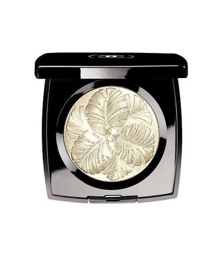 The mark of luxury and fantasy, this refined Camélia De Plumes illuminating powder with precious sh