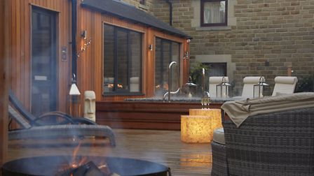 The outdoor spa pool is a relaxation zone whatever the weather.