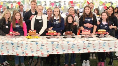 Berenden School Bake-Off contestants with their cakes