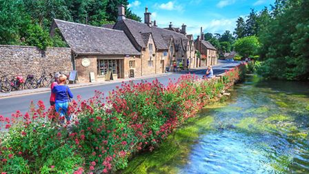 Traditional Cotswold stone cottages © iLongLoveKing, Shutterstock