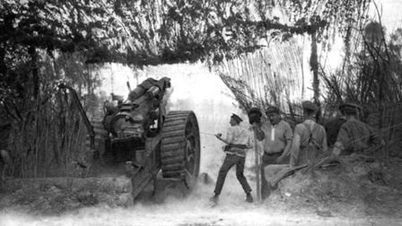 Howizter gun in action on the front. The British relied heavily on towable field artillery (photo co