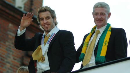 Darren Huckerby waves as he leaves on the coach with Nigel Worthington.Photo: Bill SmithCopy: **