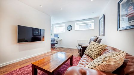 The apartment is in an enviable location, between the city centre and the mainline station.