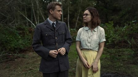 Johnny Flynn as Rory Lomax and Lily James as Peggy Piggottin The Dig.