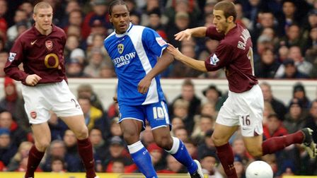 Arsenal's Philippe Senderos (L) and Mathieu Flamini (R) watch over Cardiff City's Cameron Jerome dur