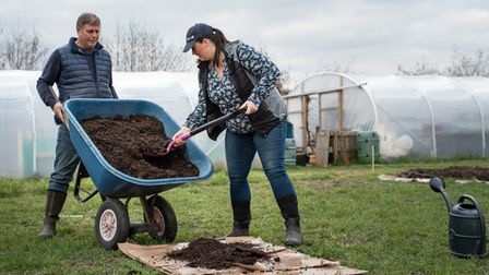 Jo Hull and Dave Carney show us how to make an easy no dig garden. Step 2: Put down compost and manu