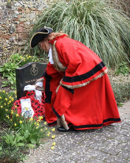 Cllr Heather Asker, Mayor, lays the Town Council wreath at the HMS Lapwing memorial