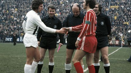Team leaders Jupp Heynckes (MG) left and Franz Beckenbauer (FCB), behind referee Klaus Ohmsen and as