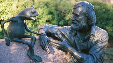 A statue of Jim Henson and Kermit the Frog at the University of Maryland