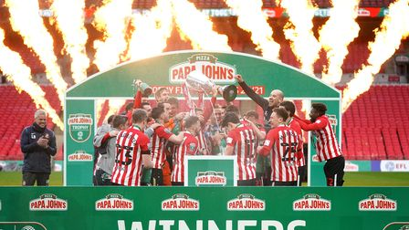 Sunderland players celebrate with the Papa John's Trophy atthe 2021 final