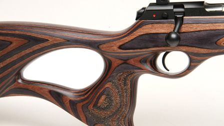 The very large thumbhole allows a very good grip and ambidextrous shooting with a quite upright prof