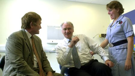 EADT NEWS - STORY BARNES IPS Sir Bobby Robson at Ipswich Hospital yesterday with consultant Huw D