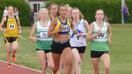 Natalie Sewell (centre) in 1500m action.