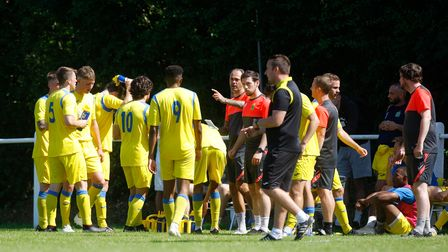 Harpenden V Hitchin - Steve O'Reilly and Mickey Nathan pass on details during a water break