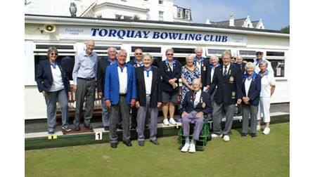 Centenarian with fellow bowlers