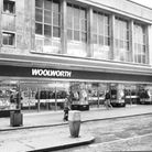Woolworths on Rampant Horse Street in Norwich ini 1986. The building was bombed in 1942. Woolworths