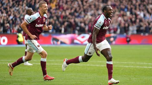 West Ham United's Michail Antonio (right) celebrates scoring their side's first goal of the game dur